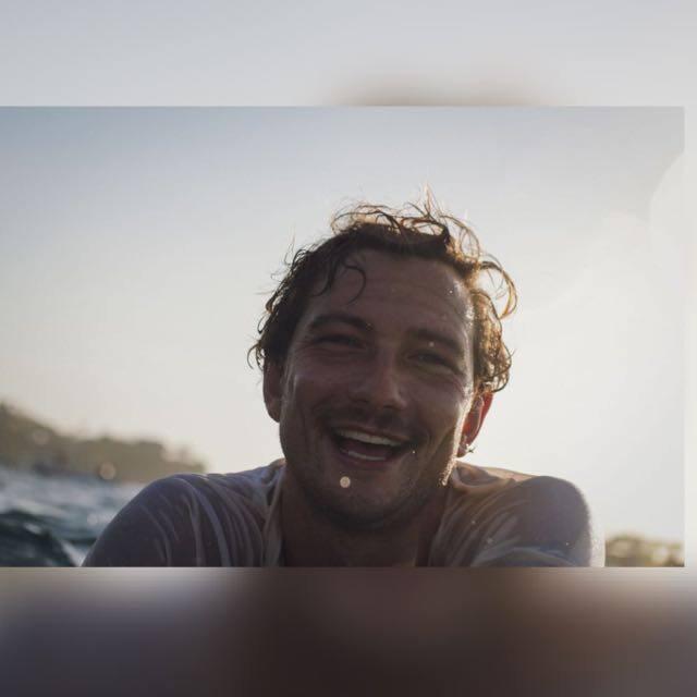 Eddie Vilmow beim surfen in Lembongan