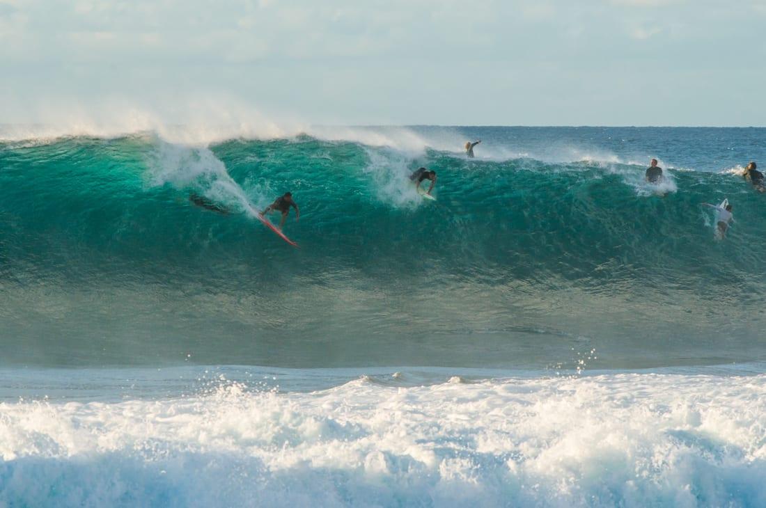 surfer auf HAwai rein droppen