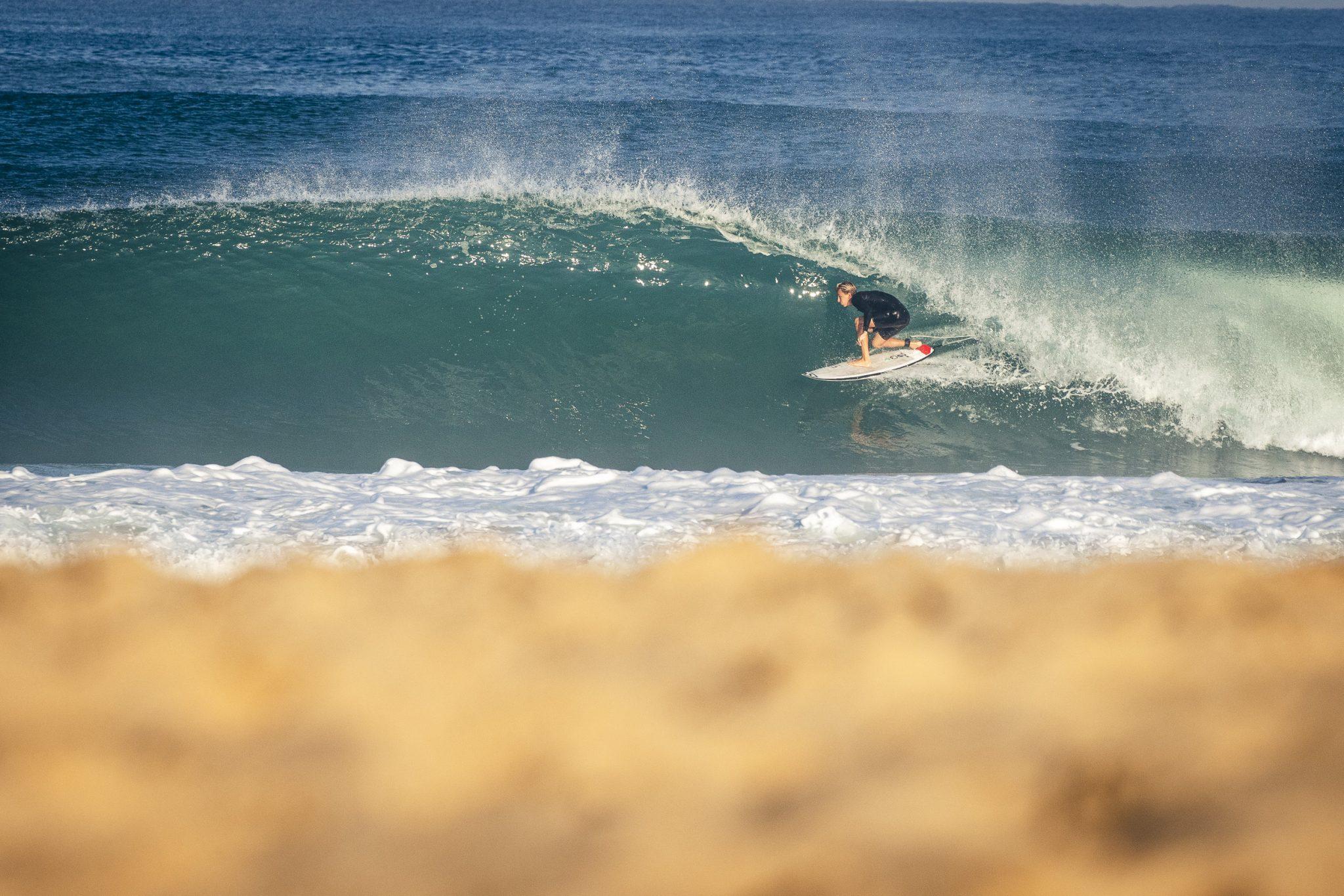 surfer in der barrel beim saurfen in Frankreich Classic Surfcamp Moliets